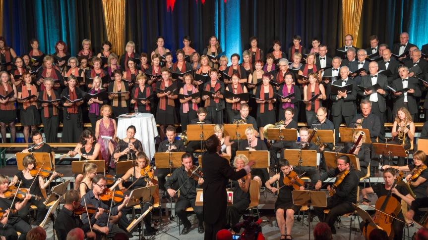 """Dirigent Johannes Pell mit dem Orchester """"Collegium Ennsegg"""" und dem Chor """"Valentin""""      - Foto Hochreiter"""