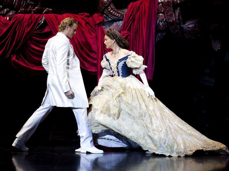 1416391088_w_05_Das-Musical-ELISABETH_Tourneeproduktion2011-2012_Annemieke-van-DamElisabeth_Mark-SeibertTod_FotHerbert-Schulze-130453-25032014