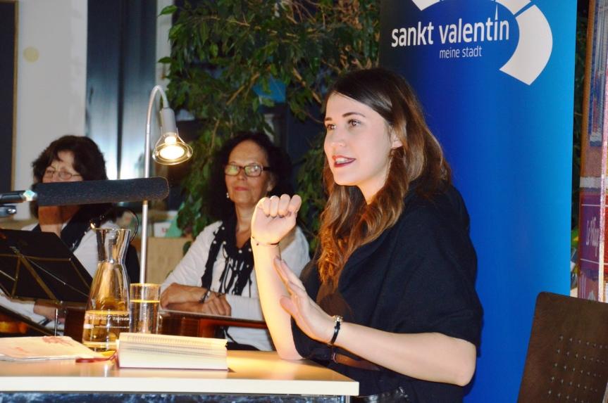 Vea Kaiser in der Stadtbibliothek St. Valentin